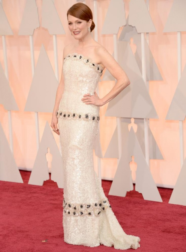 Julianne Moore Chanel she stepped out of the green into a pearl. Whole together.