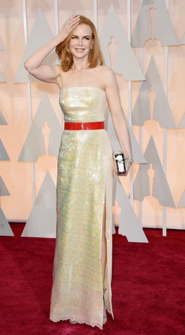 Nicole KIdman. You wouldn't have though of it, right? Yellow-ish sequin dress with red laque belt and a LV trunk clutch. Now I don't know a lot of gals who could pull this like that