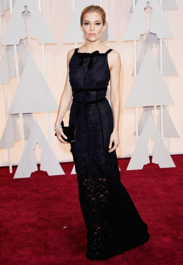 Sienna Miller in Oscar de la Renta. Nice dress, but can't really see it cause of the hair or something?